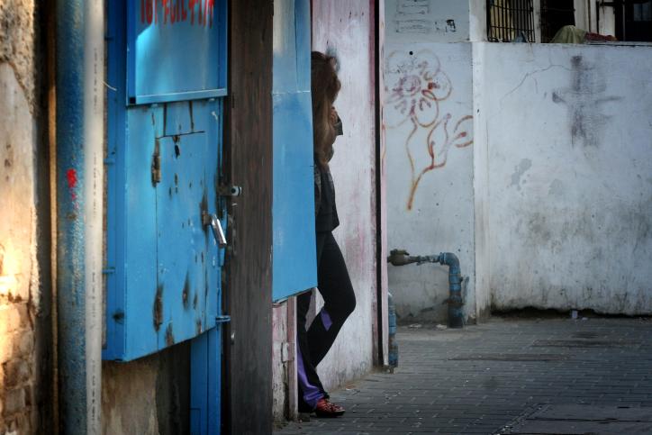 זונת רחוב בדרום תל-אביב, ינואר 2013 (צילום: פלאש 90)