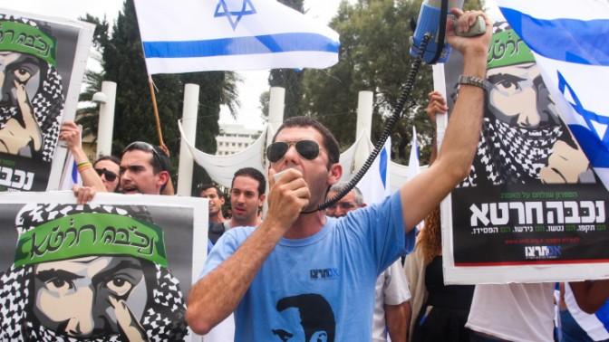 """הפגנה של תנועת """"אם תרצו"""" מול פעילי שמאל לקראת יום הנכבה. אוניברסיטת תל-אביב, 13.5.13 (צילום: רוני שיצר)"""