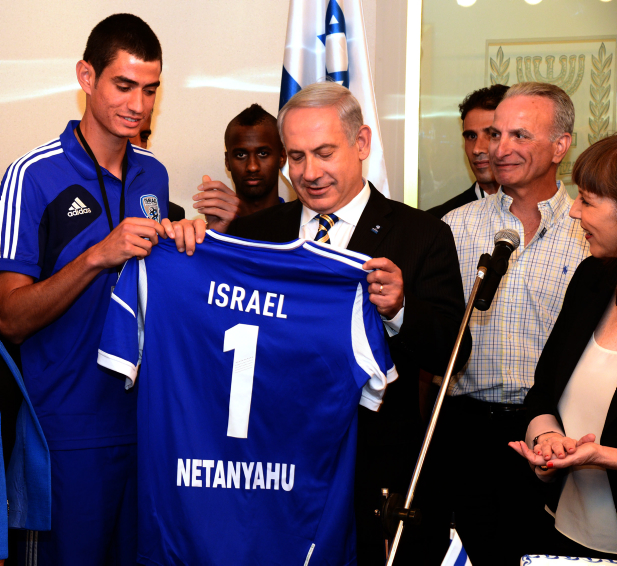 """ראש הממשלה בנימין נתניהו עם שחקני כדורגל צעירים, אתמול בבית ראש הממשלה (צילום: משה מילנר, לע""""מ)"""