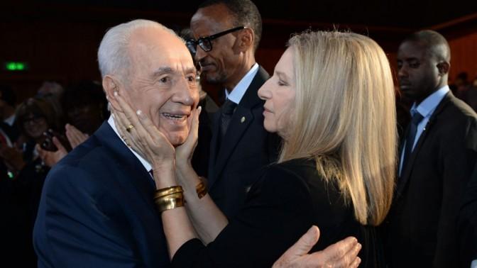 """הזמרת ברברה סטרייסנד חופנת את פניו של נשיא מדינת ישראל, שמעון פרס, באירוע יום הולדתו. ירושלים, 18.6.13 (צילום: קובי גדעון, לע""""מ)"""
