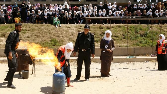 נערות פלסטיניות לוקחות חלק בתרגיל הגנה אזרחית במהלך קייטנה של חמאס ברפיח, אתמול (צילום: עבד רחים כתיב)
