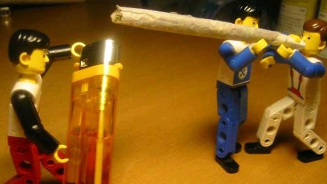 אנשי לגו מעשנים ג'וינט. צילום: PDXdj (רשיון cc-by-nc-sa)