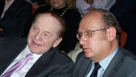"""אלי פולק, יו""""ר האגודה לזכות הציבור לדעת (מימין), עם שלדון אדלסון, הבעלים של """"ישראל היום"""" (צילום: """"העין השביעית"""")"""
