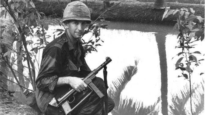 """דניאל אלסברג כקצין אמריקאי בוייטנאם, מתוך הסרט """"האיש המסוכן ביותר באמריקה"""""""