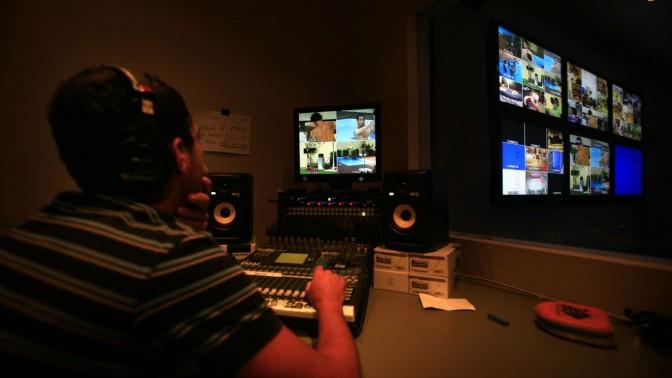 """חדר הפיקוח באולפני תוכנית הריאליטי """"האח הגדול"""" בנווה אילן, 4.9.08 (צילום: מיכל פתאל)"""