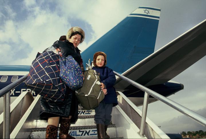 עולים מברית-המועצות יורדים ממטוס אל-על בשדה התעופה בן-גוריון, שנות ה-90 (צילום: משה שי)
