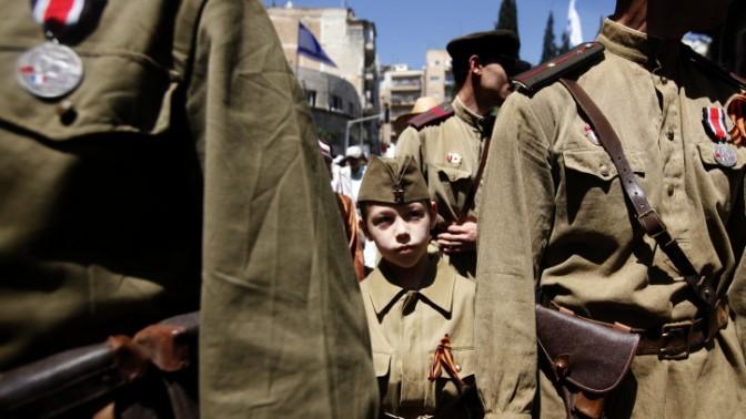 ישראלים יוצאי ברית-המועצות צועדים בירושלים לזכר יום הניצחון של בעלות הברית על גרמניה הנאצית, 9.5.12 (צילום: מרים אלסטר)