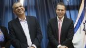 שר התקשורת גלעד ארדן עם קודמו בתפקיד, משה כחלון. 19.3.2013 (צילום: יונתן זינדל)