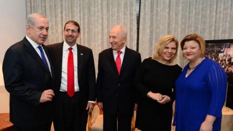 """בני הזוג נתניהו והנשיא שמעון פרס בבית שגריר ארה""""ב בישראל, אתמול (צילום: קובי גדעון)"""