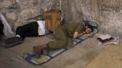 חייל ויהודי מאמין ישנים למרגלות הכותל המערבי בירושלים, היום (צילום: יונתן זינדל)