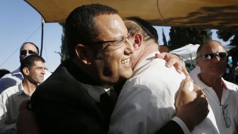 משה ליאון מתחבק עם גבר חובש כיפה, אתמול במסיבת העיתונאים שבה הכריז על ריצתו לתפקיד ראש עיריית ירושלים (צילום: מרים אלסטר)