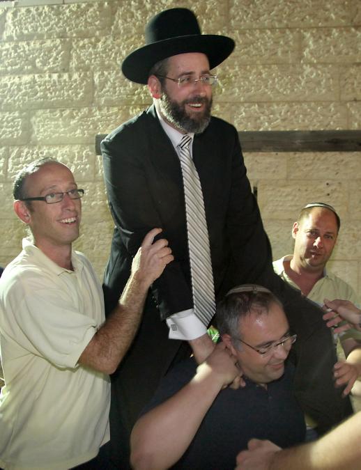 הרב דוד לאו חוגג את בחירתו לרב הראשי האשכנזי, אתמול בירושלים (צילום: גדעון מרקוביץ')