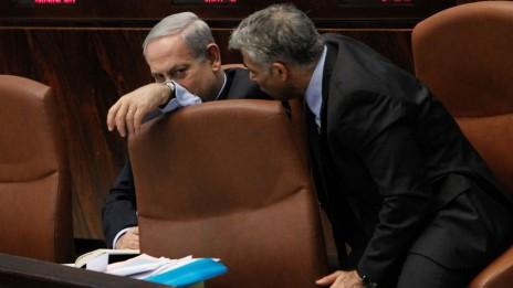 שר האוצר יאיר לפיד משוחח עם ראש הממשלה בנימין נתניהו בכנסת, 29.7.2013 (צילום: מרים אלסטר)