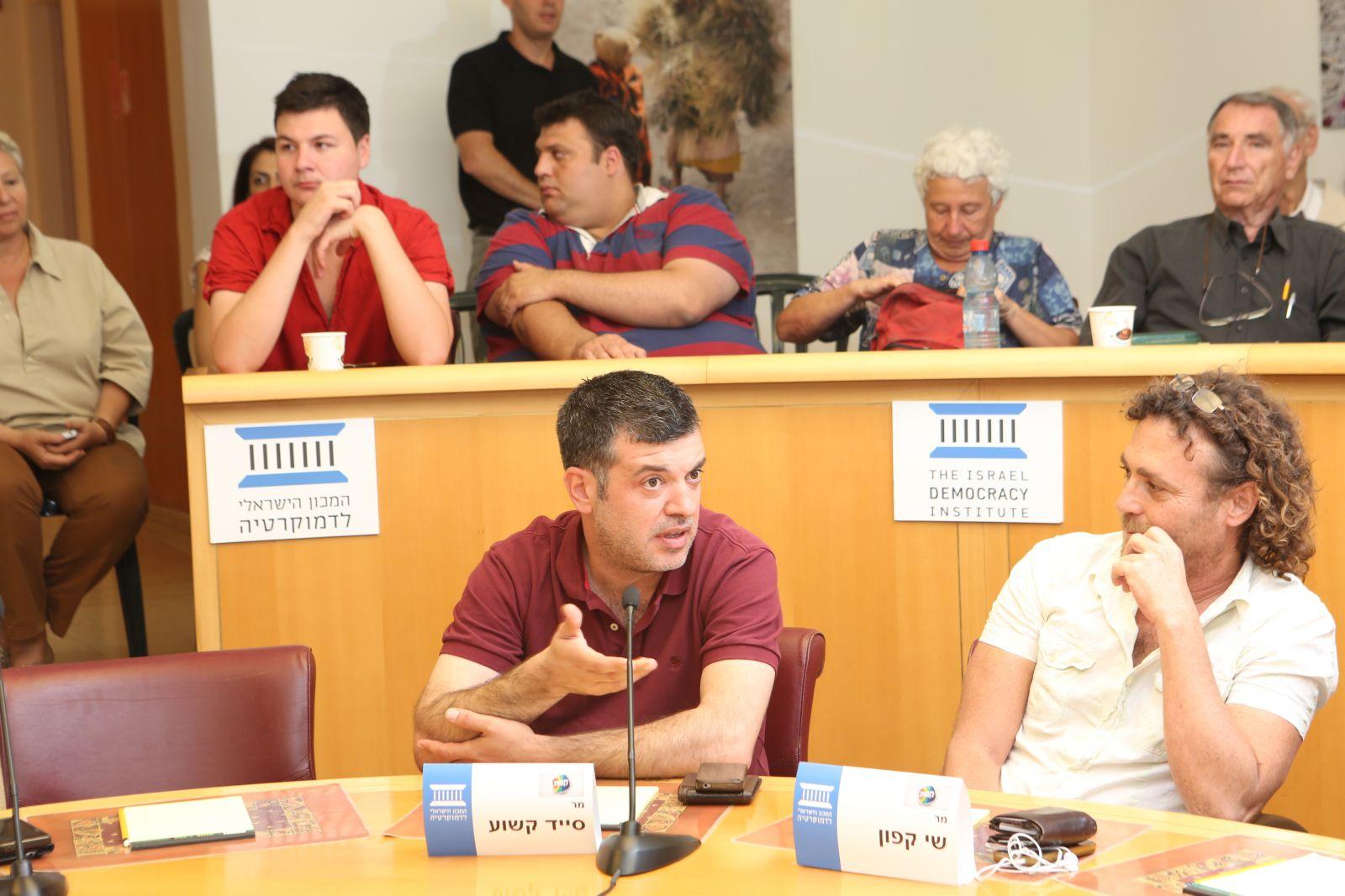 סייד קשוע (משמאל) ושי קפון. המכון הישראלי לדמוקרטיה, 22.7.13 (צילום: יוסי זמיר)