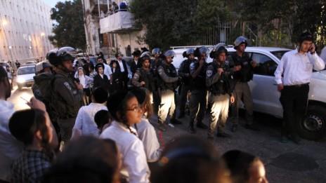 """כוחות מג""""ב בשכונת מאה-שערים, אתמול (צילום: פלאש 90)"""