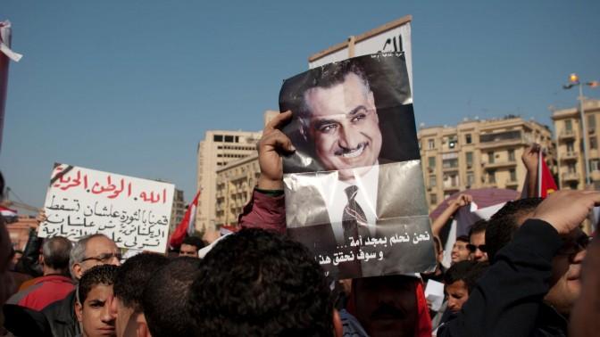 אנשי הסיעה הנאצריסטית מניפים תמונה של גמאל עבדל נאצר בחגיגות השנה למהפכת תחריר, 25.1.12 Mohamed Elsayyed / Shutterstock.com