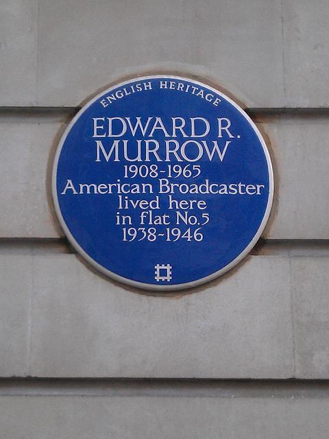 לוחית שנקבעה ב-2009 על חזית בית-הדירות שבו התגורר אדוארד מורו בלונדון (צילום: אלן ס', רשיון cc-by-nc-nd)