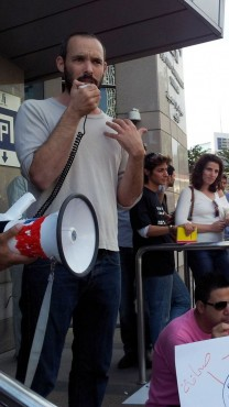 """יו""""ר ארגון העיתונאים, יאיר טרצ'יצקי, במהלך הפגנת עיתונאים. 14.11.12 (צילום: """"העין השביעית"""")"""