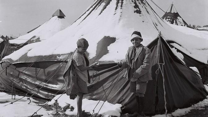 """ילדים שעלו מתימן משחקים בשלג במחנה אוהלים בראש העין, 5.2.1950 (צילום: דוד אלדן, לע""""מ)"""