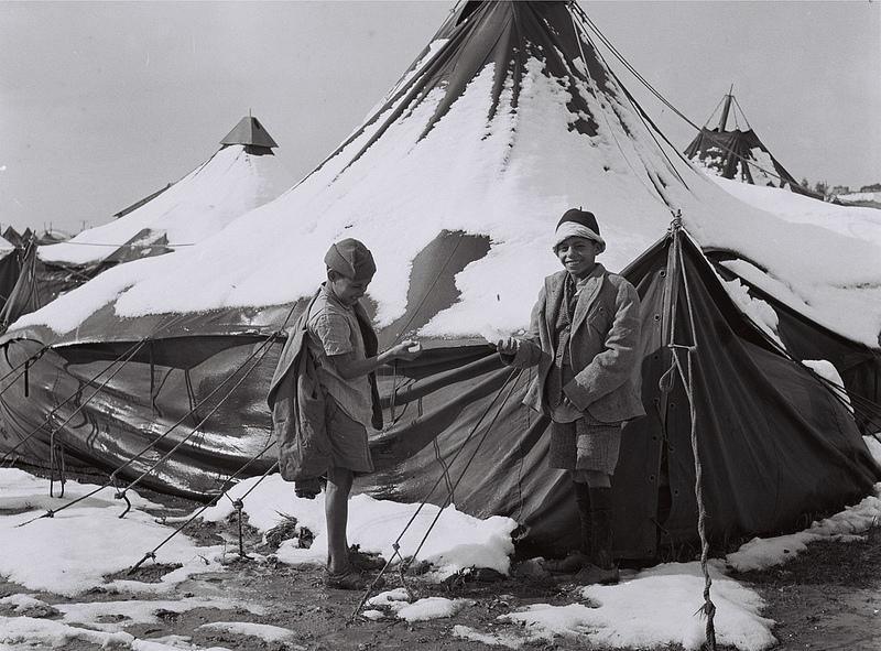 """ילדים שעלו מתימן משחקים בשלג במחנה אוהלים בראש-העין, 5.2.1950 (צילום: דוד אלדן, לע""""מ)"""