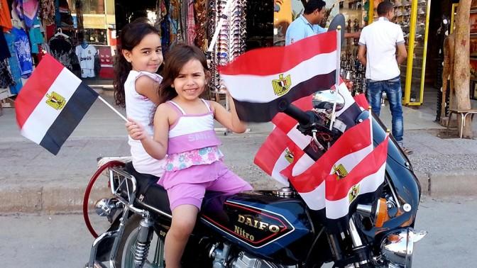ילדות על אופנוע עם דגלי מצרים, 26.7.13 (צילום: Darla دارلا Hueske, רישיון: CC BY-ND 2.0)