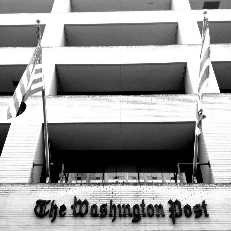 """חזית בניין ה""""וושינגטון פוסט"""", שעתיים אחרי ההודעה על המכירה (צילום: ויקטוריה פיקרינג, רשיון cc-by-nc-nd)"""