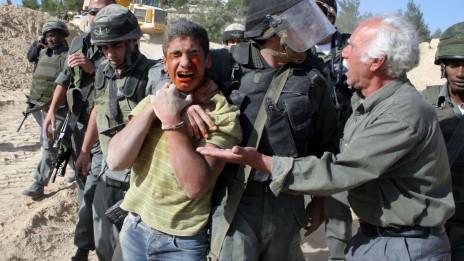 שוטרים ישראלים עוצרים מפגין ללא שימוש בטייזר. ולאג'ה, 27.4.10 (צילום: נאג'ח השלמון)