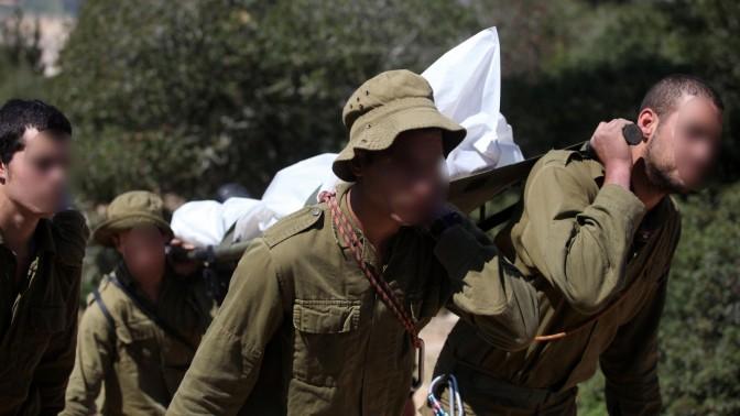 חיילים נושאים גופת חייל שהתאבד, 14.3.2011 (צילום: אביר סולטן)