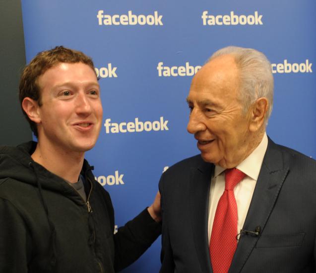"""נשיא המדינה שמעון פרס נפגש עם מייסד פייסבוק מארק צוקרברג בקליפורניה, ופתח דף ברשת החברתית. מרץ 2012 (צילום: משה מילנר, לע""""מ)"""