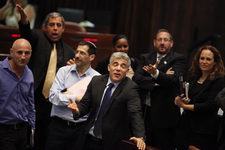 שר האוצר יאיר לפיד (במרכז) בעת ההצבעה על תקציב המדינה, 29.7.13 (צילום: פלאש 90)