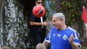 ראש הממשלה בנימין נתניהו לבוש מדי כדורגל, נוגח בכדור במסגרת מפגש עם ילדים חולים בסרטן ושחקן כדורגל מפורסם מספרד, אתמול בירושלים (צילום: פלאש 90)