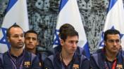 כוכבי קבוצת הכדורגל של ברצלונה בבית הנשיא בירושלים, אתמול (צילום: נועם מושקוביץ)