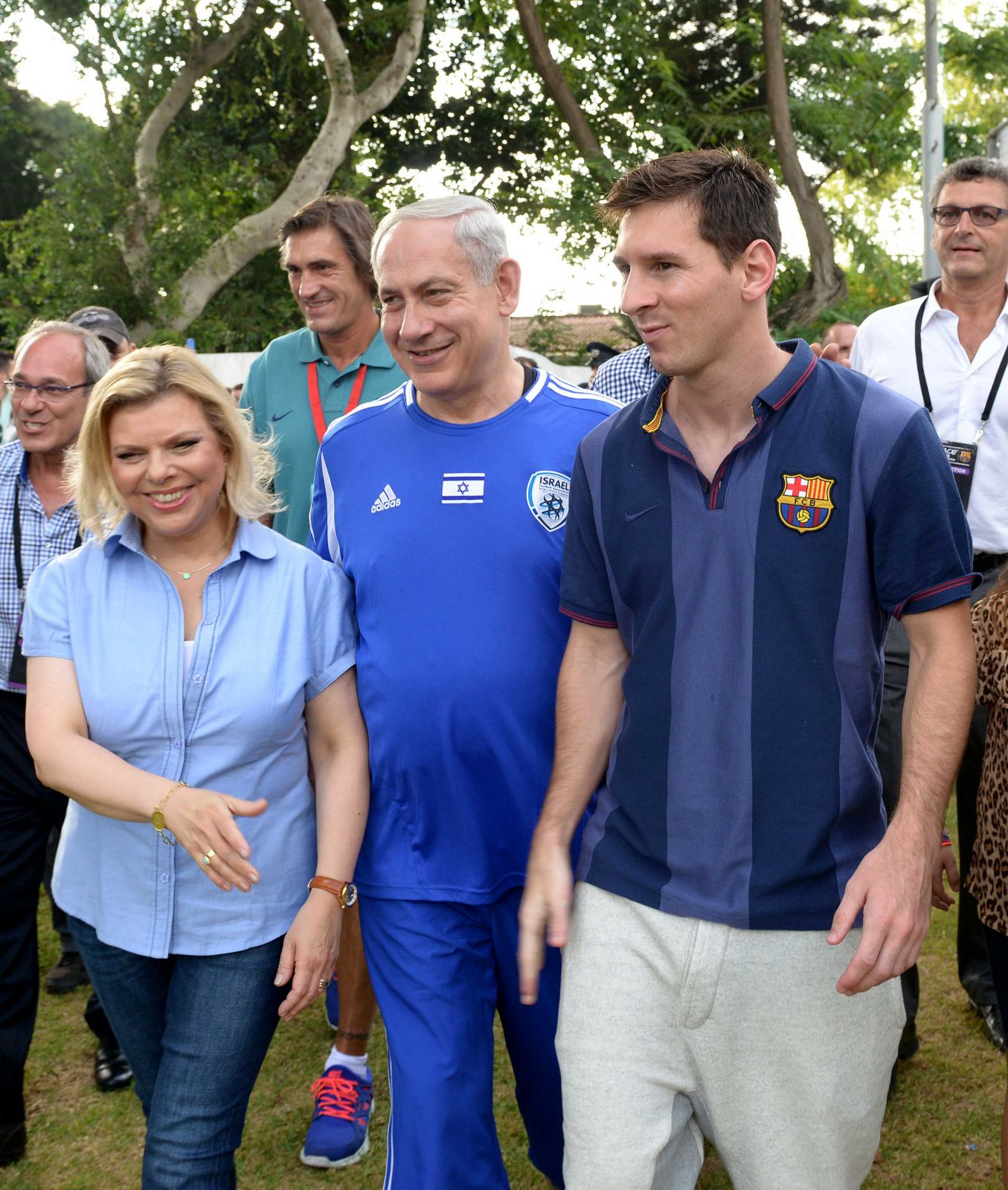 """ראש הממשלה נתניהו ורעייתו שרה מצטלמים עם כוכב ברצלונה ליאו מסי, 4.8.13 (צילום: אבי אוחיון, לע""""מ)"""