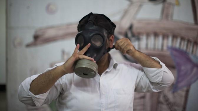 אדם מודד מסיכת גז בתחנת חלוקת מסיכות, אתמול בירושלים (צילום: יונתן זינדל)