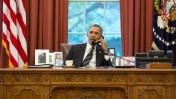"""נשיא ארה""""ב ברק אובמה משוחח בטלפון עם נשיא איראן חסן רוחאני, 27.9.13 (צילום: פיט סוזה, הבית הלבן)"""