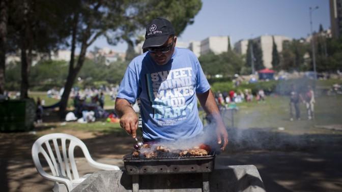 ישראלי צולה בשר, 26.4.12 (צילום: יונתן זינדל)