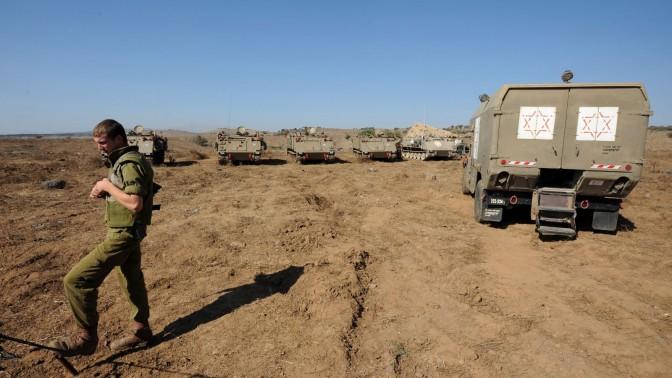 """חייל וכוחות צה""""ליים ברמת הגולן, סמוך לגבול סוריה. 30.8.2013 (צילום: גילי יערי)"""