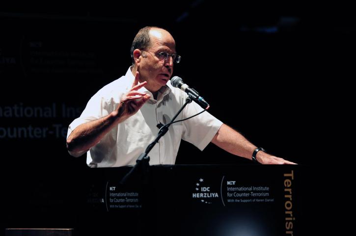 שר הביטחון משה יעלון קורא לאזרחי ישראל להירגע, אתמול (צילום: אריאל חרמוני, משרד הביטחון)
