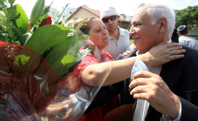 נשיא המדינה לשעבר משה קצב מגיע לביתו בקריית-מלאכי לאחר שיצא לחופשה ראשונה מכלא מעשיהו, שם הוא אסור אחרי שהורשע בעבירות מין, 9.10.13 (צילום: פלאש 90)