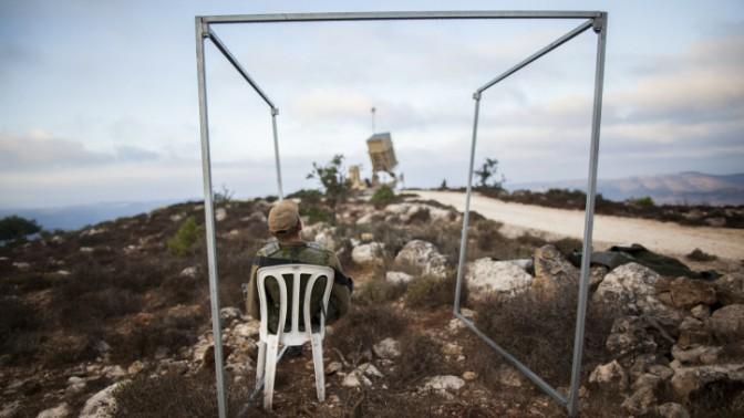 """חייל צה""""ל ליד עמדת """"כיפת ברזל"""" ליד ירושלים, אתמול (צילום: פלאש 90)"""