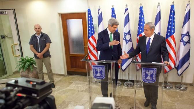 שר החוץ האמריקאי ג'ון קרי וראש הממשלה בנימין נתניהו, אתמול בירושלים (צילום: אמיל סלמן)