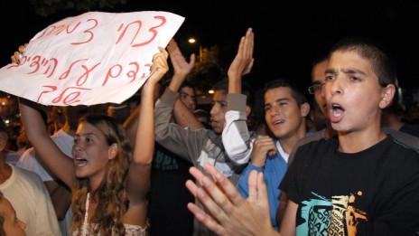 הפגנה בבת-ים, מול המסעדה שהעסיקה פלסטיני שרצח יהודי. 21.9.13 (צילום: גדעון מרקוביץ')