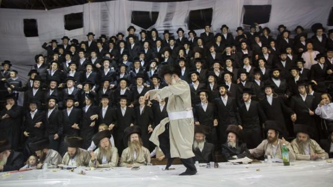 יהודי חסידי רוקד, שמחת תורה, ירושלים, 26.9.13 (צילום: יונתן זינדל)