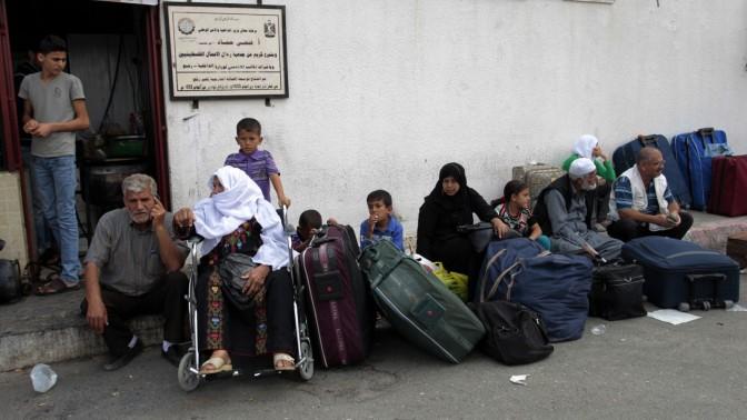 פלסטינים ממתינים לפתיחת מעבר רפיח, 28.9.13 (צילום: עבד רחים ח'טיב)