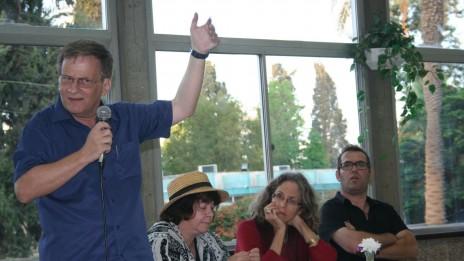 """מימין: אריק גלסנר, נעמה צפרוני, במבי שלג ודני גוטוויין, כותבים קבועים ב""""ארץ אחרת"""". פסטיבל הקהל, 22.9.13 (צילום: """"העין השביעית"""")"""