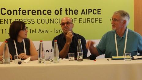 ג'ון האמר, גל אוחובסקי וענת באלינט בכנס איגוד מועצות העיתונות של אירופה. תל-אביב, 10.9.13. צילום: Risto Uimonen
