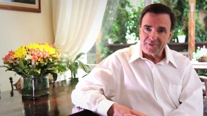 דני נישליס בביתו, מתוך סרטון בחירות למועצת העיר חיפה, 2013