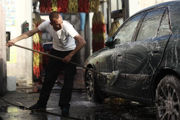 אדם רוחץ רכב (צילום: קובי גדעון)