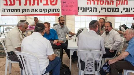אוהל המאבק למען חוק ההסדרה. במרכז, בחולצה אפורה: יהודה יפרח. 31.5.12. (צילום: נועם מושקוביץ)