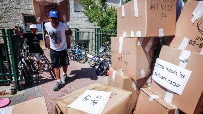 תחילת פינוי המבנים הבלתי חוקיים בשכונת האולפנה, בית-אל, 28.6.2012 (צילום: מרים אלסטר)